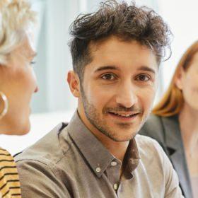 Mann freut sich über die Jobs mit Ausbildung beim waff