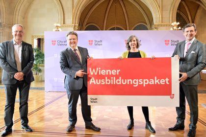 Bürgermeister Ludwig und Vizebürgermeisterin Hebein mit Plakat - Wiener Ausbildungspaket