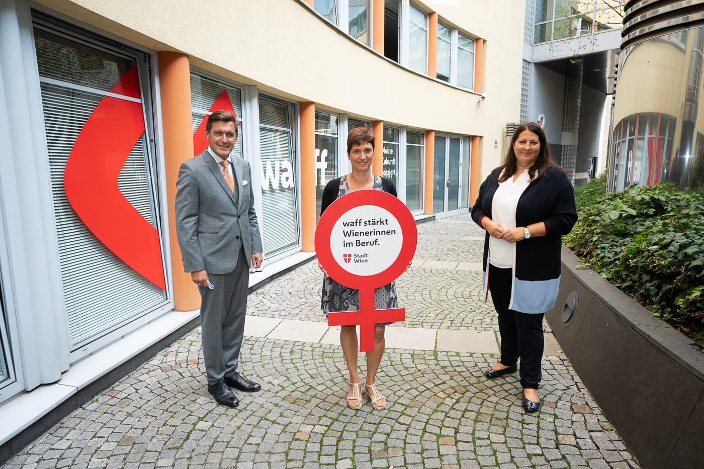 Stadträtin Kathrin Gaal und Stadtrat Peter Hanke mit waff Kundin Klaudija Leisentritt im Hof des waff