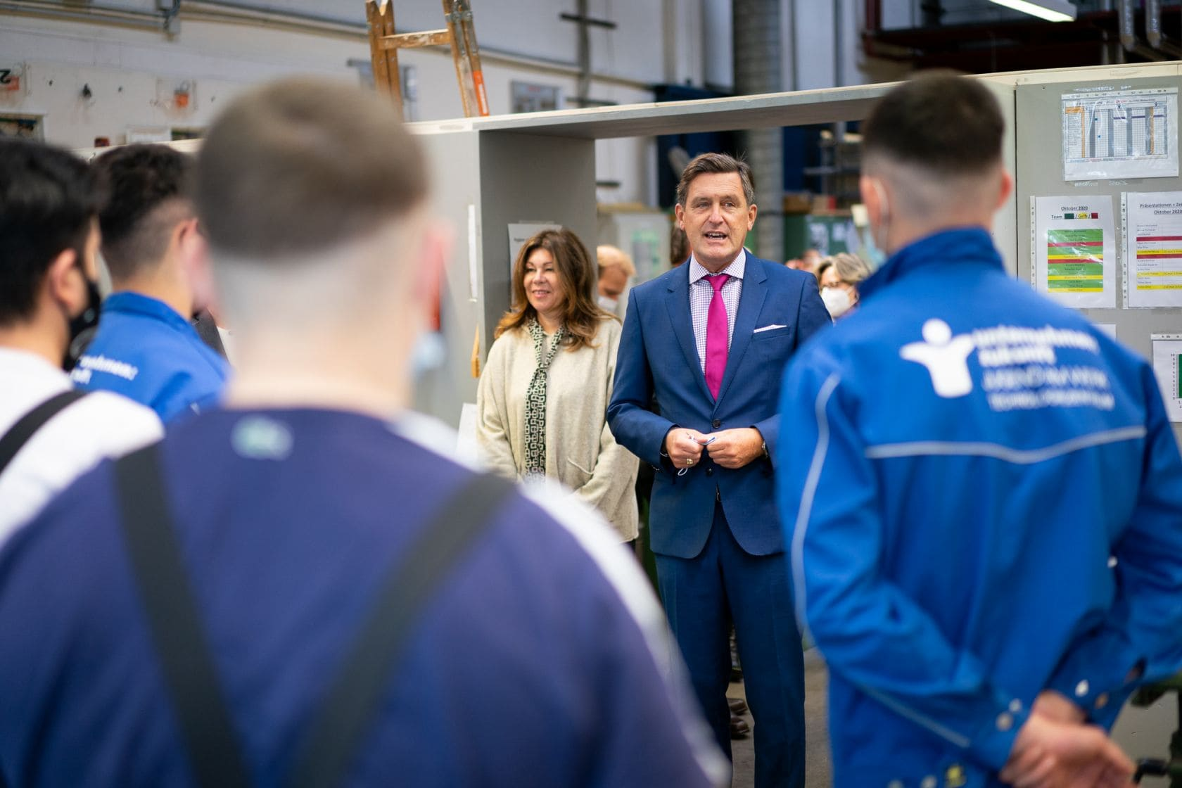 Stadtrat Peter Hanke und stv. waff Vorstandsvorsitzende Yvonne Rychly besuchen Jugend am Werk und überreichen tablets an die Jugendlichen