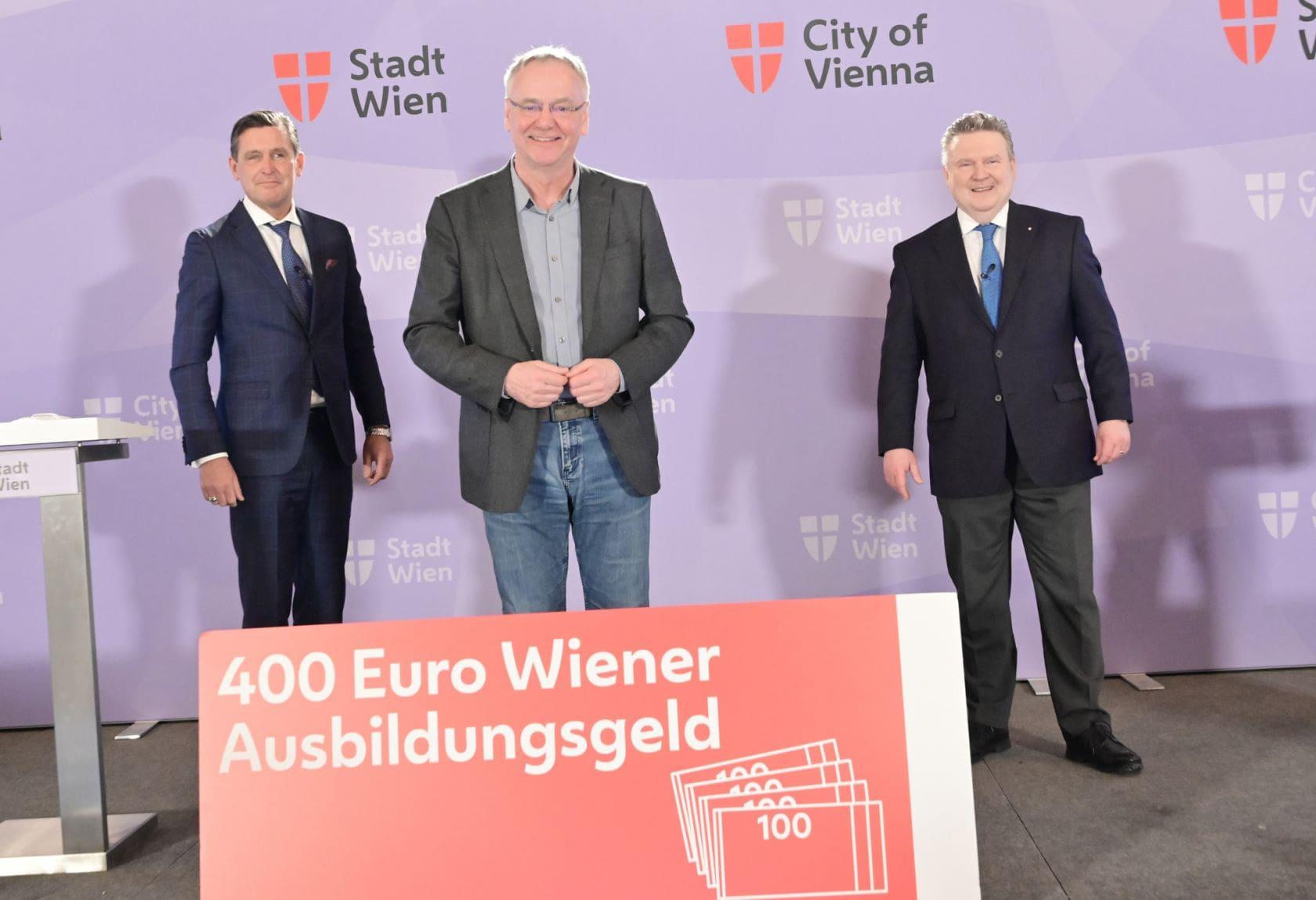 Bürgermeister Michael Ludwig, Stadtrat Peter Hanke und waff Geschäftsführer Fritz Meißl mit einem Schild, auf dem 400 Euro Ausbildungsgeld steht