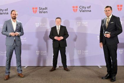 Bürgermeister Michael Ludwig, Stadtrat Peter Hanke und NEOS-Wirtschaftssprecher Markus Ornig stehen bei einer Pressekonferenz